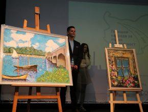 Художниците Камен Димитров и Паола Радева с картините, които  бяха продадени на търг с цел събиране на средства за фонда.